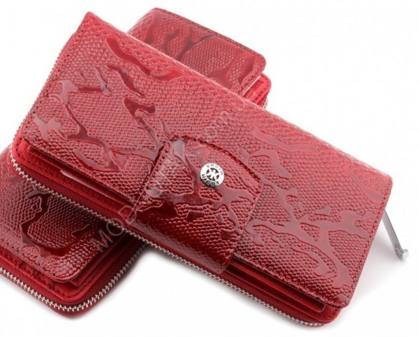 Красный лакированный кошелек